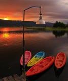 Cenário bonito, assoalho de madeira com algum barco no lago Imagem de Stock