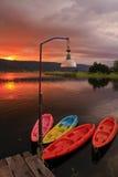 Cenário bonito, assoalho de madeira com algum barco no lago Imagem de Stock Royalty Free