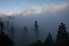 Cenário bonito da montanha no fundo das nuvens Fotos de Stock