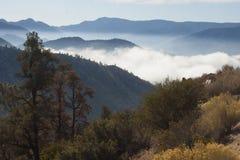 Cenário bonito da montanha no fundo das nuvens, camadas o Fotos de Stock