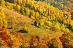 Cenário bonito do outono com a casa tradicional do telhado da palha no Ap Fotos de Stock Royalty Free
