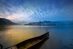 Cenário bonito do país em um lago, China Imagens de Stock Royalty Free