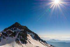 Cenário bonito e calmo do pico de montanha da neve no veiw da luz solar da manhã do ponto de vista da montanha de Jade Dragon Sno foto de stock