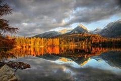 Cenário colorido da queda, reflexão no lago, por do sol da paisagem fotografia de stock