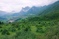 Cenário da aldeia da montanha imagem de stock royalty free