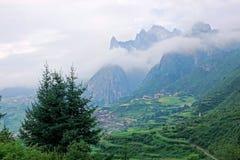 Cenário da aldeia da montanha imagem de stock