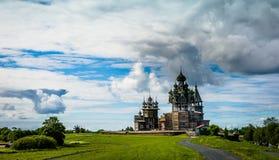 Cenário da ilha de Kizhi com vistas da igreja da transfiguração foto de stock royalty free