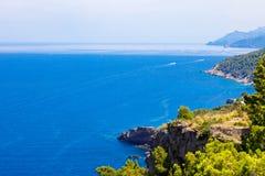 Cenário da ilha, seascape da Espanha de Mallorca Litoral idílico de Majorca, mar Mediterrâneo no dia ensolarado Foto de Stock Royalty Free
