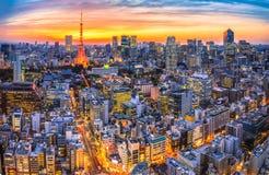 Cenário da luminosidade reduzida do por do sol na torre do Tóquio, Japão Imagens de Stock