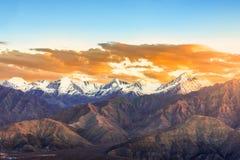 Cenário da luminosidade reduzida do por do sol sobre a montanha da neve Fotos de Stock Royalty Free