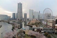 Cenário da mola da área de Yokohama Minatomirai com vista de arranha-céus altos da elevação Imagem de Stock