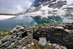 Cenário da montanha alta com lago e neve Fotos de Stock Royalty Free