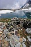 Cenário da montanha alta com lago e neve Foto de Stock Royalty Free