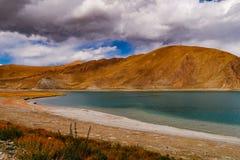 Cenário da montanha da estrada na movimentação do turismo do xizang Fotografia de Stock