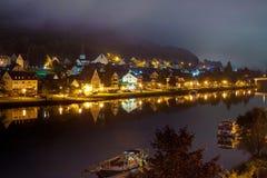 Cenário da noite da cidade no rio Imagem de Stock