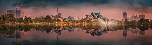 Cenário da noite de Kuala Lumpur, o palácio da cultura Imagens de Stock Royalty Free
