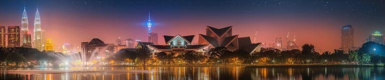 Cenário da noite de Kuala Lumpur, o palácio da cultura Imagem de Stock Royalty Free