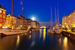 Cenário da noite de Nyhavn em Copenhaga, Dinamarca Fotos de Stock Royalty Free