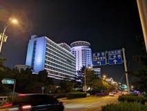 Cenário da noite de Qingdao de construções velhas imagens de stock