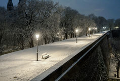 Cenário da noite de ruas nevado de Praga Fotos de Stock