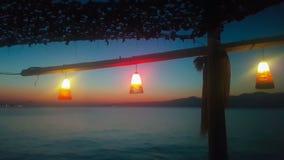 Cenário da noite em Kalamos em Grécia com a opinião do mar e as luzes vídeos de arquivo