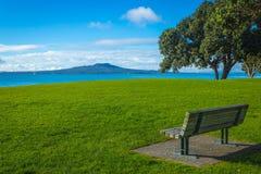 Cenário da paisagem da praia Auckland Nova Zelândia de Milford; Vista à ilha de Rangitoto durante Sunny Day fotografia de stock royalty free