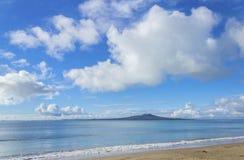 Cenário da paisagem da praia Auckland Nova Zelândia de Milford; Vista à ilha de Rangitoto durante Sunny Day; Formação agradável d imagem de stock royalty free