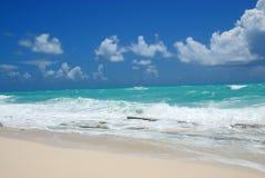 Cenário das ondas e da praia de oceano Foto de Stock Royalty Free