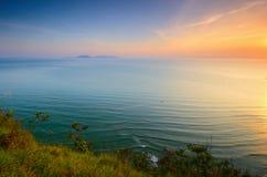 Cenário de Bukit Keluang em Terengganu, Malásia durante o nascer do sol foto de stock