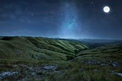 Cenário de montes verdes com estrelas Fotografia de Stock