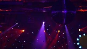 Cenário de um disco Dispositivos elétricos claros da bola do disco concert cena filme