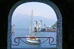 Cenário de Varenna, uma vila bonita da beira do lago pelo lago Como em Lombardy, Itália Fotografia de Stock