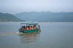 Cenário do barco em um dia escuro, em um dos rios os maiores em Europa, o Danúbio foto de stock royalty free