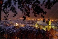 Cenário do Belvedere da cidade medieval Brasov, a Transilvânia em Romênia com opinião do quadrado do Conselho, de igreja preta e  Fotografia de Stock