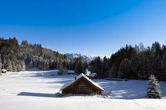Cenário do inverno com cabine de registro Fotografia de Stock Royalty Free