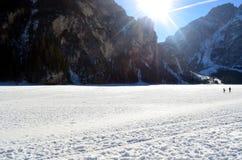Cenário do inverno do lago congelado Braies em cumes Itália das dolomites Fotografia de Stock Royalty Free