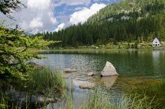 Cenário do lago nos alpes italianos Fotos de Stock