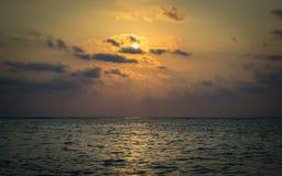 Cenário do mar sob o raio de sol imagens de stock
