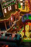 Cenário do Natal do pão-de-espécie e casas, trem, totem indiano po foto de stock