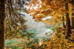 Cenário do outono no lago Fusine em cumes italianos imagem de stock