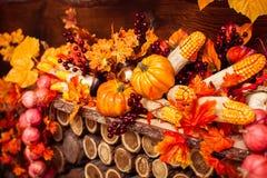 Cenário do outono que consiste na grinalda de vime, folhas alaranjadas, autum Fotografia de Stock Royalty Free
