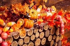 Cenário do outono que consiste na grinalda de vime, folhas alaranjadas, autum Foto de Stock Royalty Free