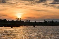 Cenário do por do sol sobre o lago Fotos de Stock