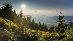 Cenário do por do sol na montanha de Smrk em Moravskoslezske Beskydy na república checa com céu claro e somente poucas nuvens dur imagem de stock royalty free