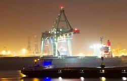 Cenário do porto na noite imagens de stock royalty free