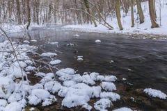 Cenário do rio selvagem com reflexão do céu do por do sol nas montanhas, no inverno Imagem de Stock