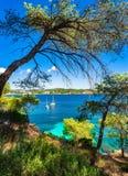 Cenário idílico da ilha, baía com os barcos na ilha de Majorca, Espanha Fotos de Stock Royalty Free