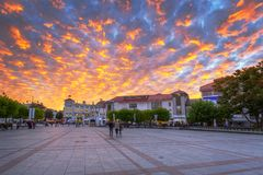 Cenário idílico do quadrado principal na cidade de Sopot no por do sol foto de stock