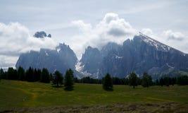 Cenário idílico maravilhoso do cume e montanha distintiva Imagens de Stock