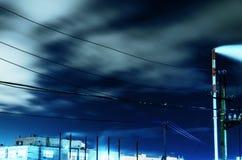 Cenário industrial da noite com vistas da fábrica da tubulação Imagens de Stock